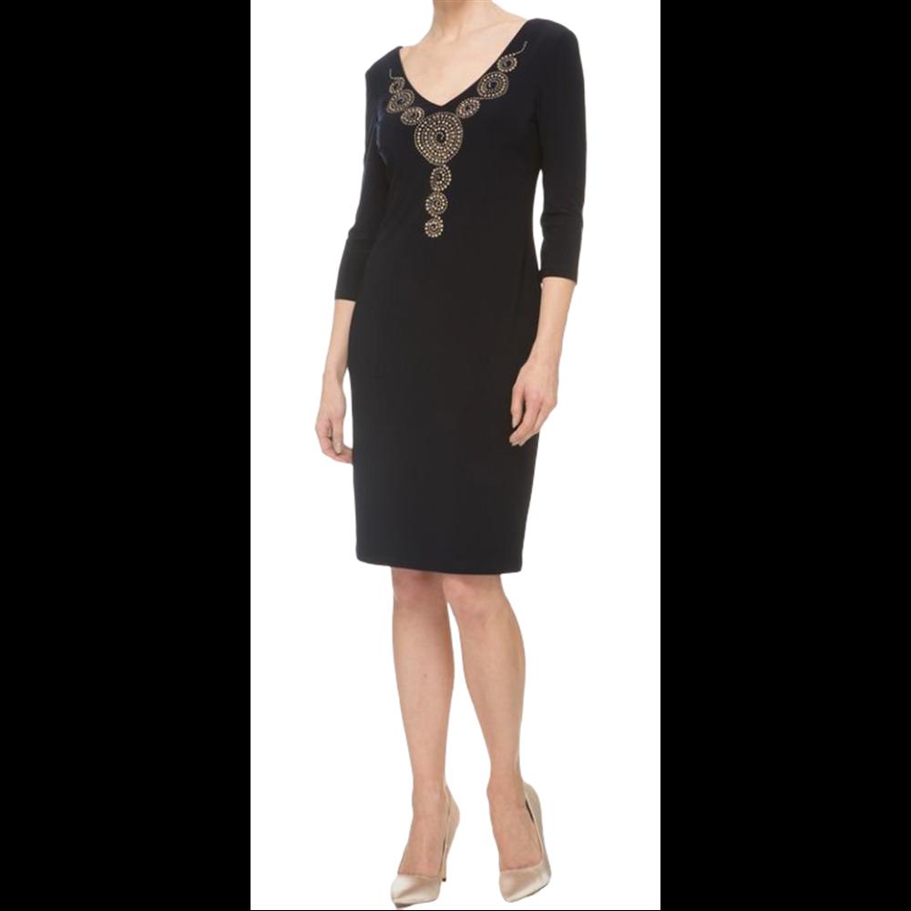 Granatowa sukienka zdobiona atrakcyjnym wzorem