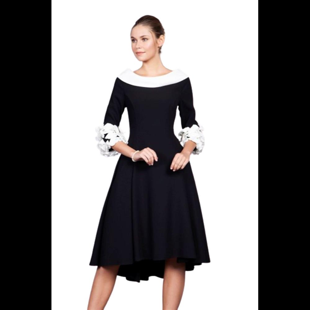 Czarna sukienka z ozdobnym rękawem